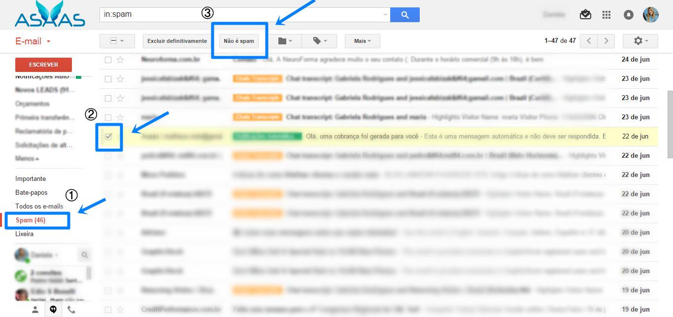 Print da tela de e-mail do Gmail: no canto direito, no menu lateral do e-mail, os itens desfocados, exceto o item Spam em vermelho e destacado com um contorno e flecha azul. No cabeçalho uma barra de pesquisa. Mais abaixo alguns botões e o botão: não é spam, está destacado por uma linha azul em sua volta, e uma flecha azul apontando para ele. Mais abaixo a lista de e-mails, na imagem essa parte dos e-mail está desfocada. Ao lado esquerdo dos e-mails existe uma caixa de seleção, que também está sinalizada com um contorno e flecha azul.