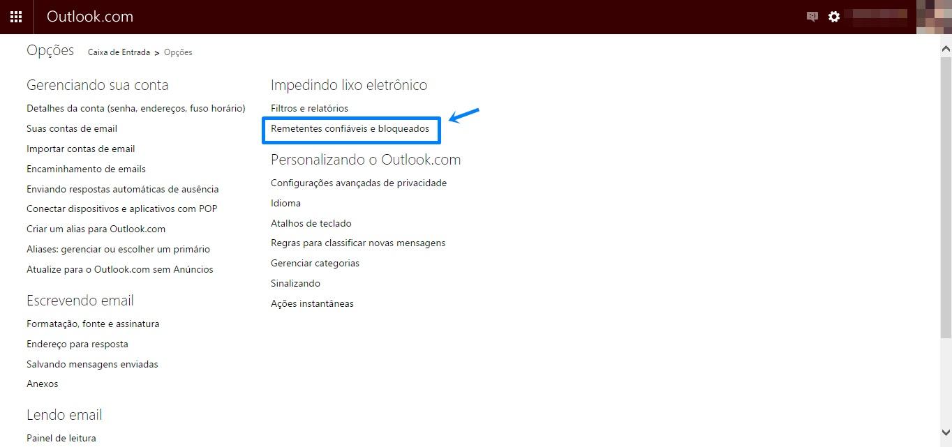 Print da tela, na barra superior: Outlook.com no canto esquerdo, e no lado direito um ícone de envelope e outro de engrenagem. Baixo: Opções, Caixa de entrada. E mais abaixo no lato esquerdo um menu com algumas opções de configurações de conta e e-mail. Ao lado as informações: Impedindo o lixo eletrônico. Filtros e relatórios. E destacado com uma seta e linhas azuis ao redor: Remetentes confiáveis e bloqueados. Mais abaixo algumas informações sobre a personalização do Outlook.