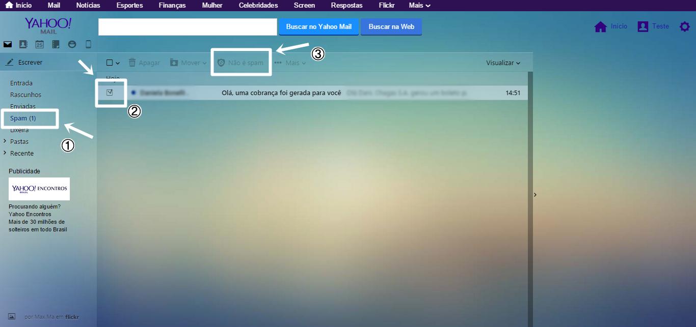 print da tela de e-mail do Yahoo. No menu lateral as opções: Escrever, entrada, rascunhos, respostas, spam, este destacado por uma linha ao redor e seta branca. Ao lado tem a lista de e-mails, na imagem possui um e-mail, e ao lado dele uma caixa de seleção, essa, está selecionada e também destacada ao redor com a flecha. acima um menu horizontal com os itens: Apagar, mover e não é spam. A opção não é spam esta destacada.