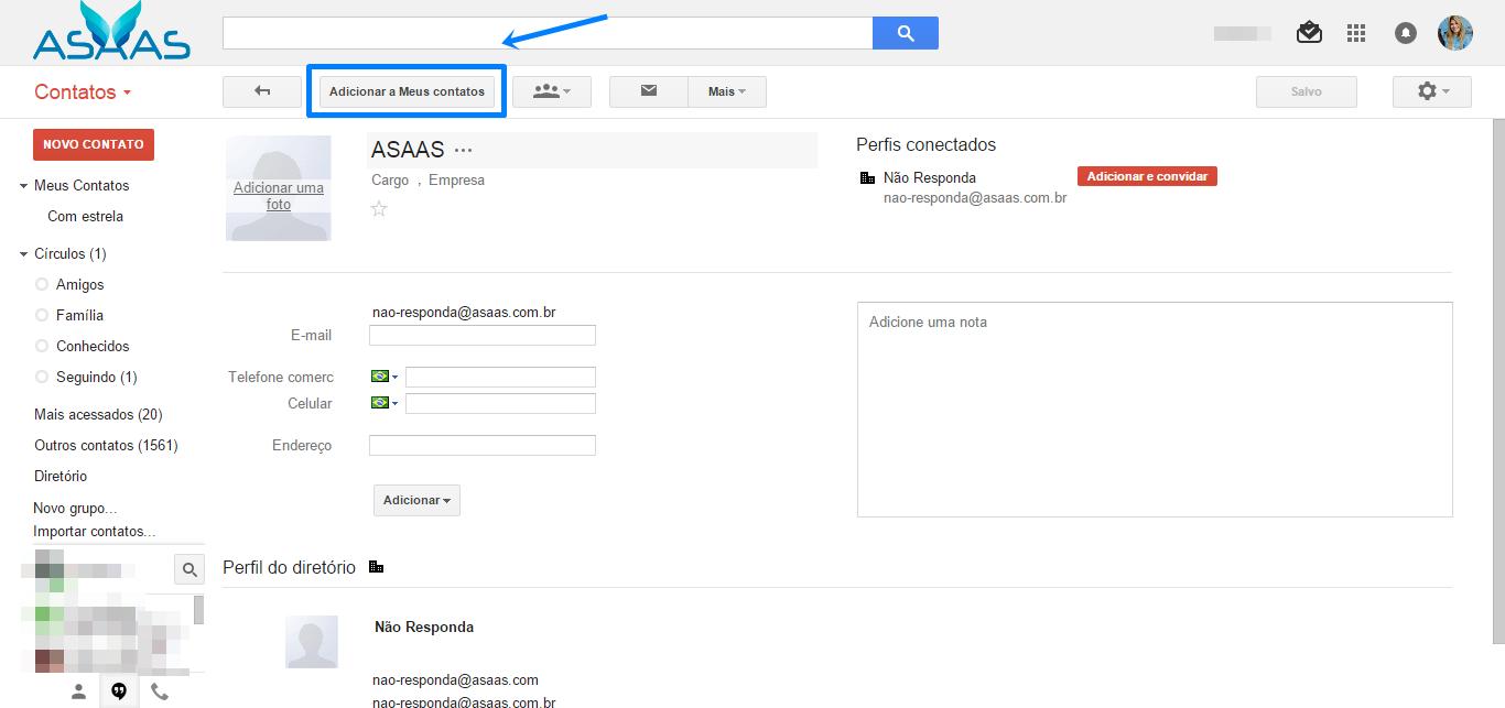 Print da tela do gmail, o menu lateral na parte esquerda da imagem, ao lado as informações: botão de voltar, botão: adicionar aos meus contatos, destacado por uma linha e flecha azul. Ao lado um botão de um ícone representando um grupo de pessoas, um botão com o ícone de uma cartão e um botão: mais. Abaixo um formulário para preencher algumas informações do contato.